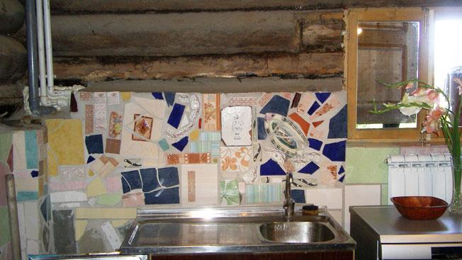 Мозаика на кухне. Сделал Алексей. Сегодня часть мозаики закрыта столом с мойками. Фотография августа 2009.