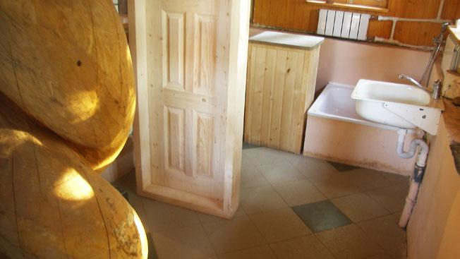 Будущий санузел первого этажа. Дверь уже поставлена. Фотография августа 2009 года.