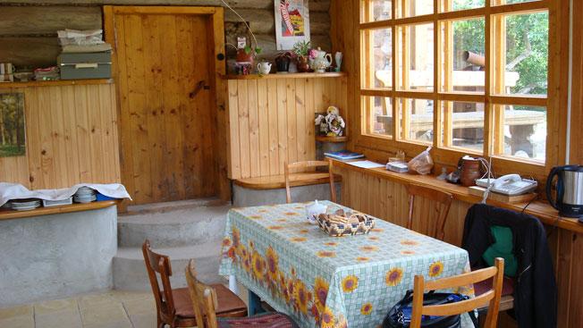 Столовая еще только летняя, но через два года мы ее уже утеплили для зимнего пользования. Фотография июня 2007 года.